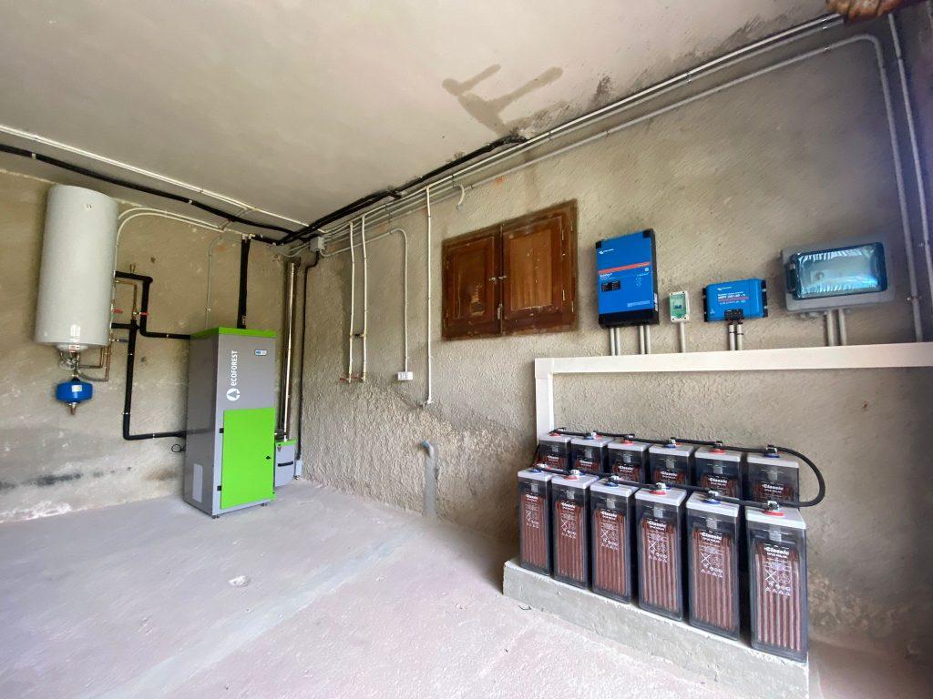 instalación interior con regulador Victron, baterías y inversor